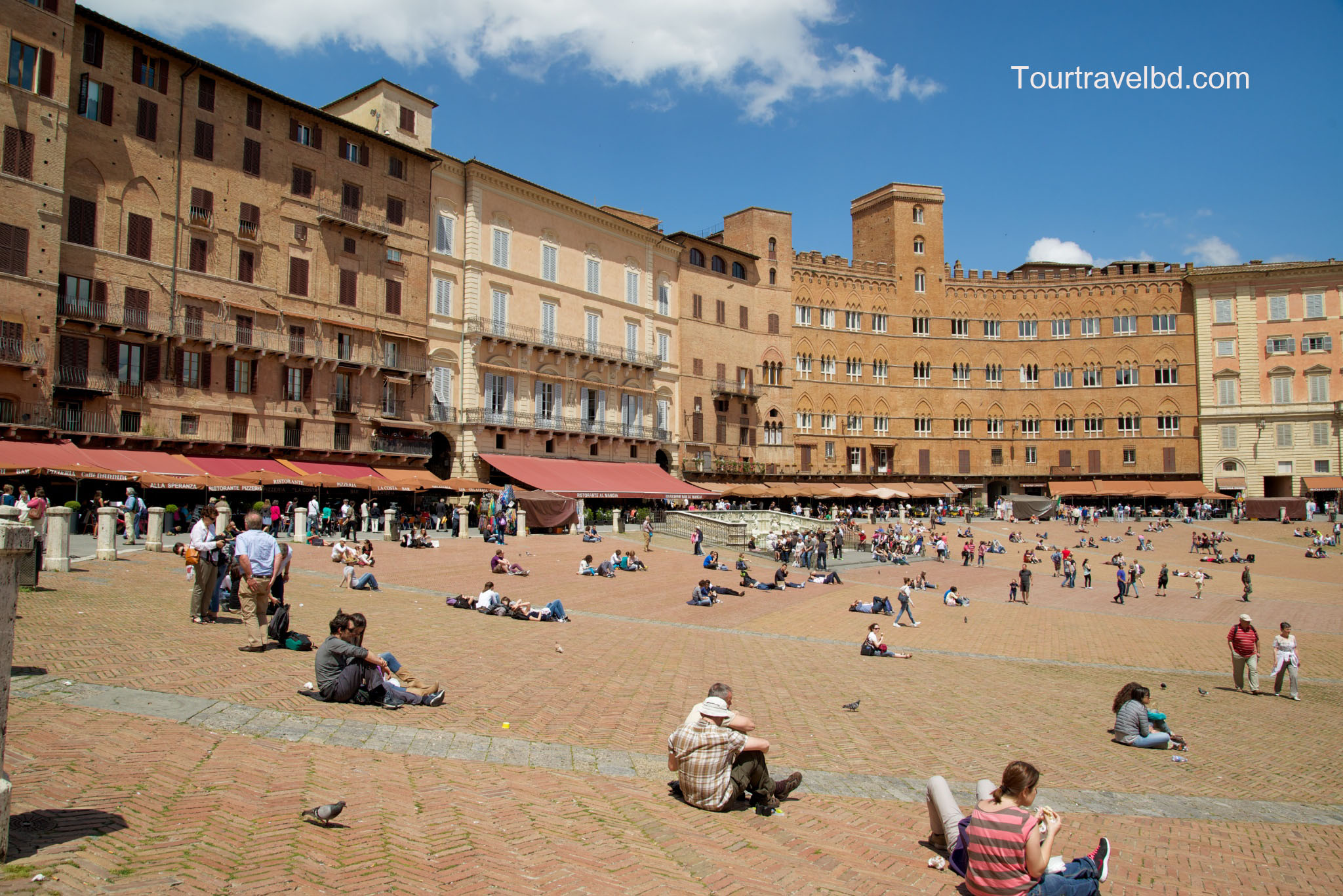 People-in-Piazza-del-Campo